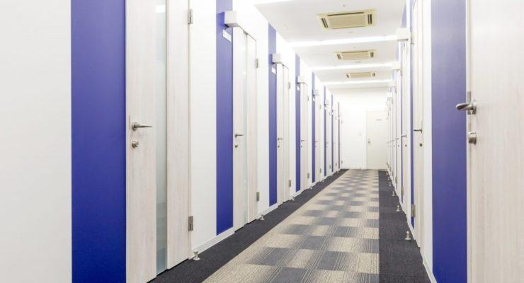 天井高3m以上、広さ以上に感じる開放感ある個室オフィス