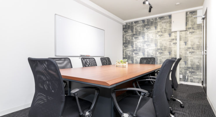 8名用の無料会議室と応接スペース
