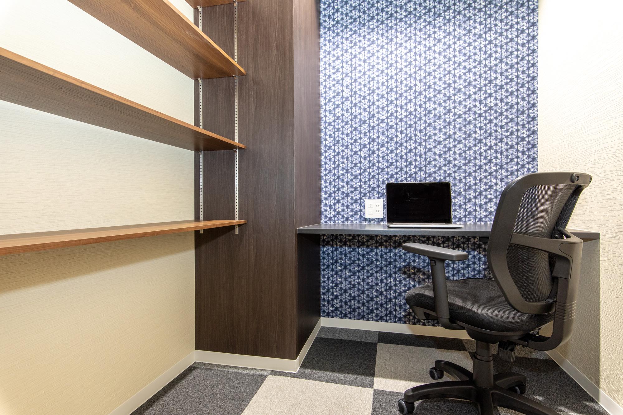 1名用完全個室:月額使用料23,000円~ 棚付きで書類も十分保管できます!