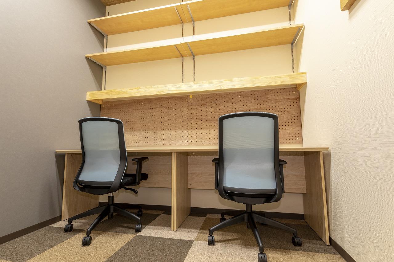 戸建Typeの棚などが設置された使い勝手のよい完全個室