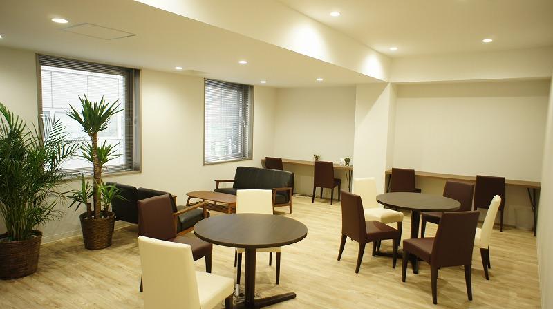 ビジネスラウンジと貸し会議室を完備