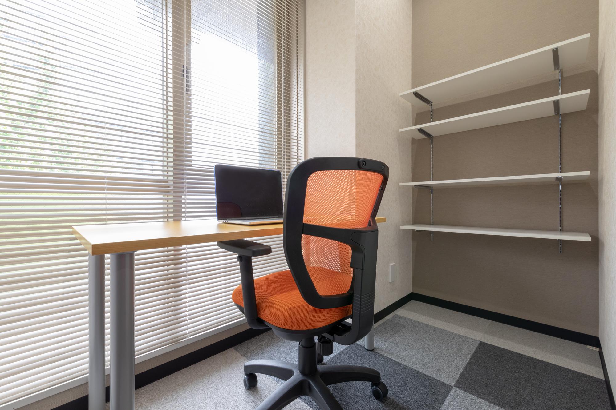 窓・造作棚付きの広さ十分なオフィス:31,000円~