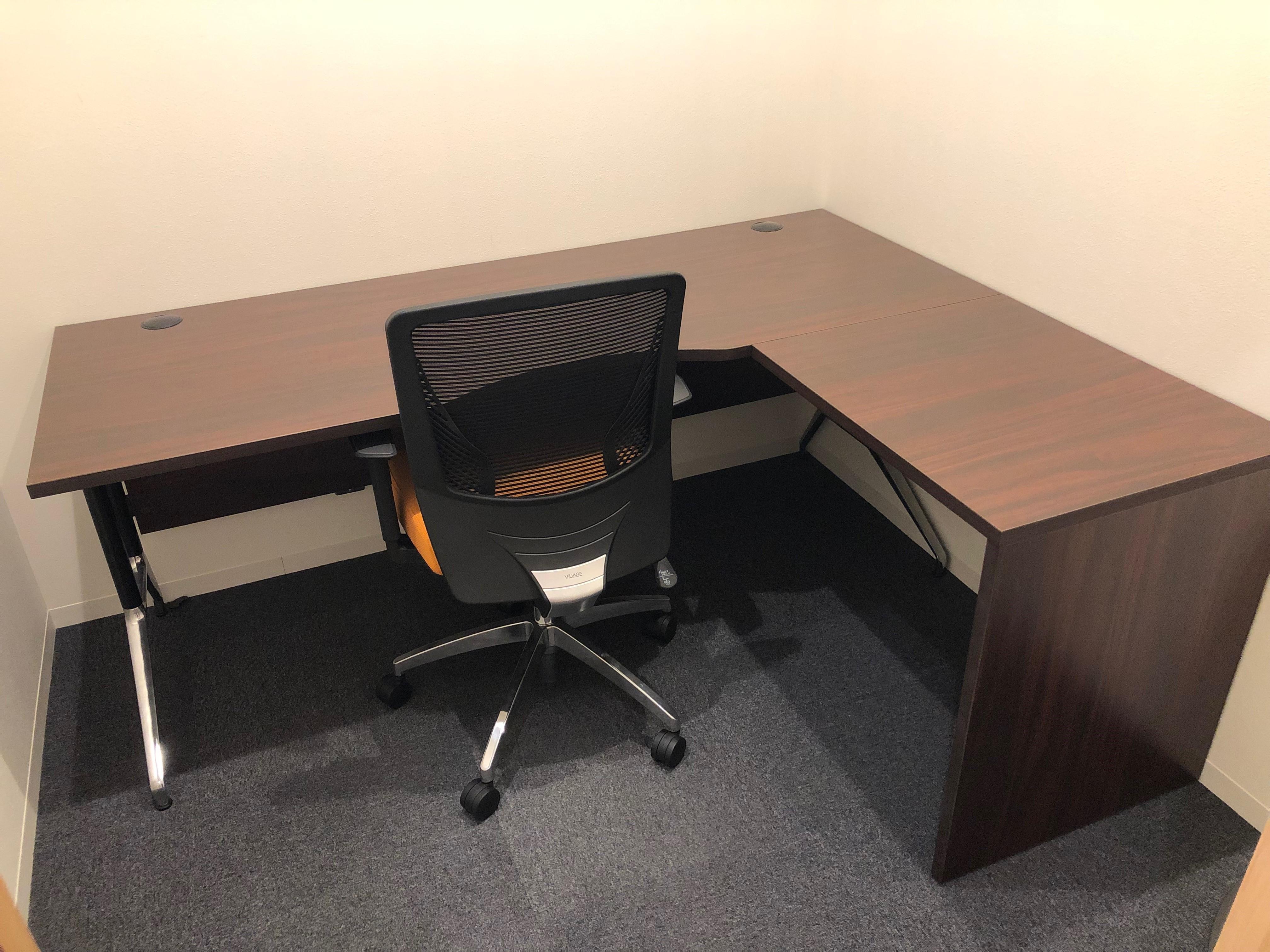 L字型パソコンデスクを採用した広い1名用オフィス★限定1室★