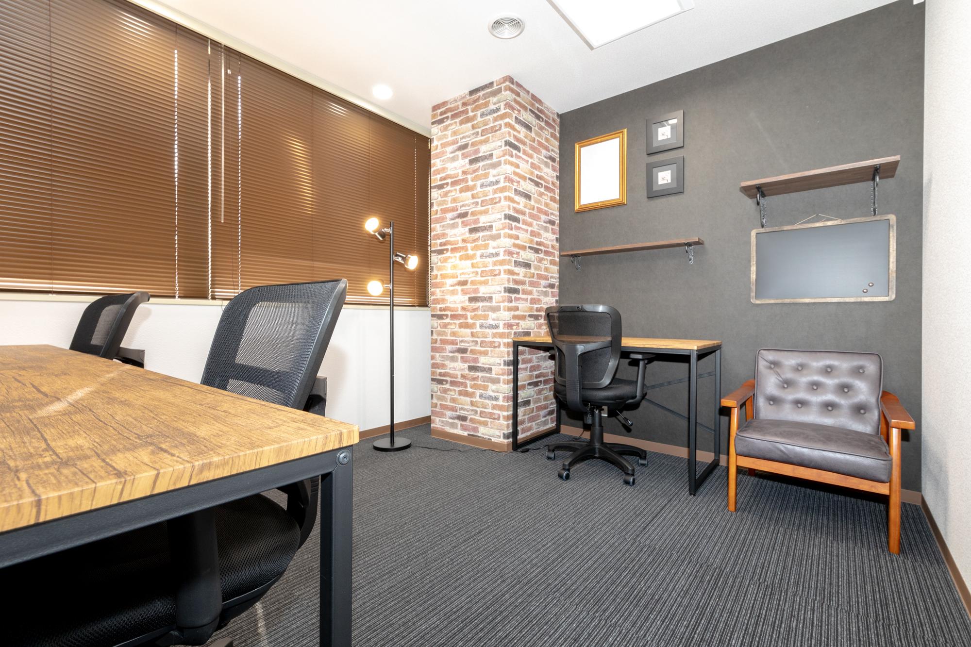 南向きの窓有り3名用完全個室《デザインオフィス》