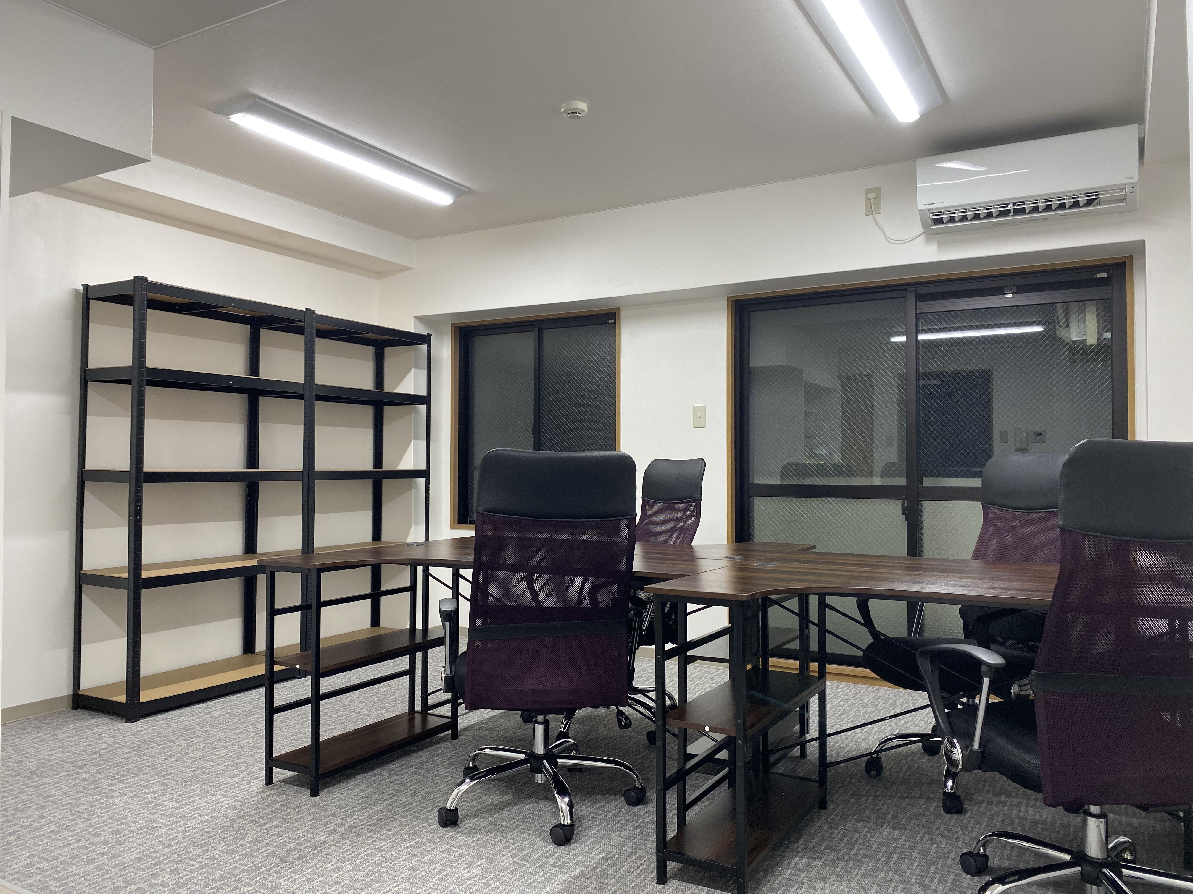 机・椅子・収納棚付きのレンタルオフィス【401号室】