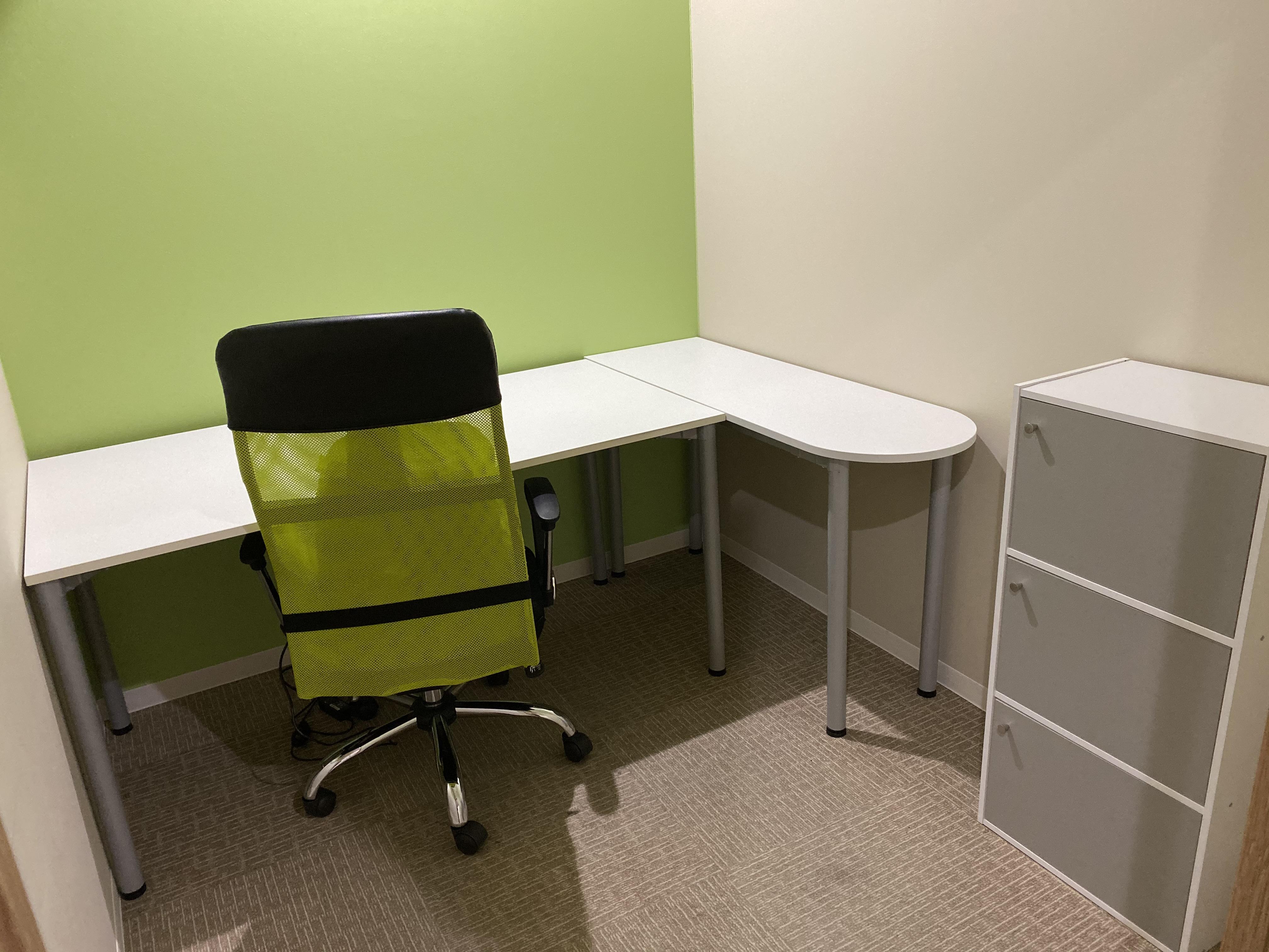 L字型デスク・収納棚を設置済み!使い勝手の良いオフィス