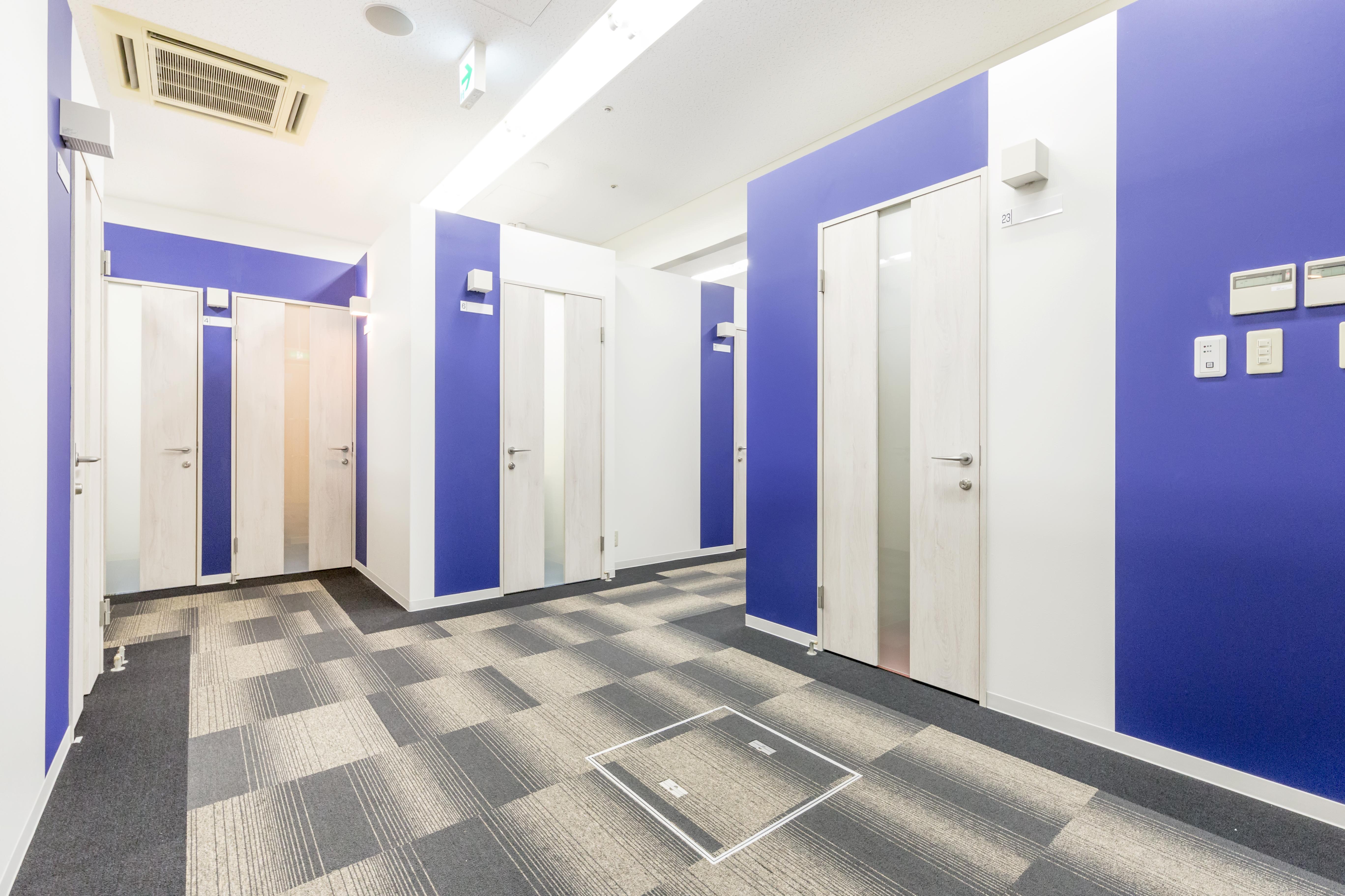 天井の高さ3m以上、明るく開放感ある個室オフィス