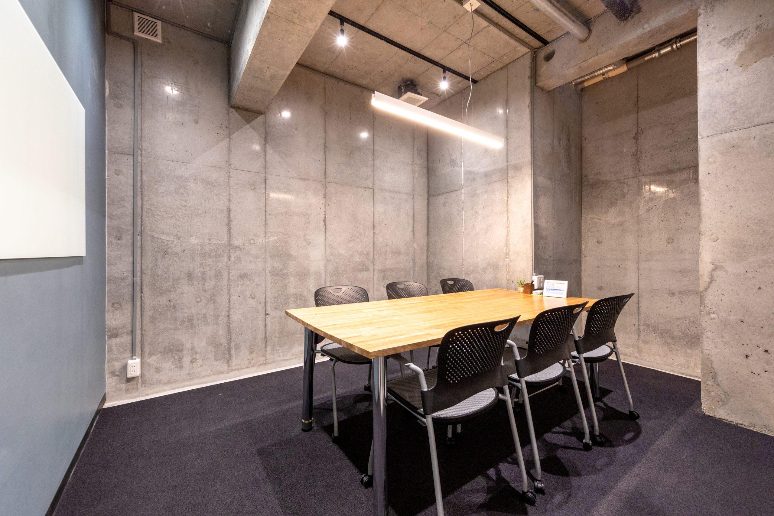 打合せや会議に便利な6名用会議室