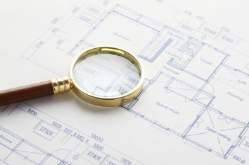 設計図と虫眼鏡